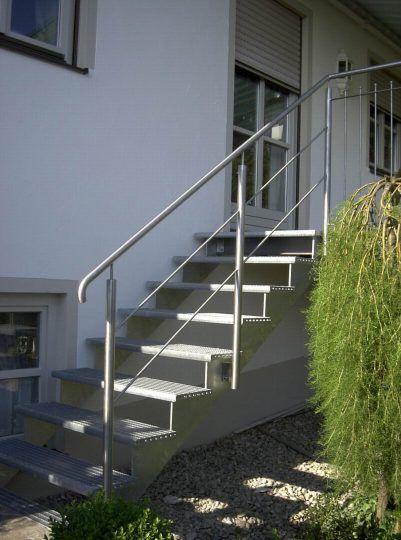 Außentreppe Traunstein, mit aufgesattelten Gitterroststufen und Edelstahlgeländer.