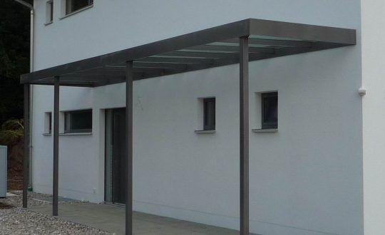 Eingangsüberdachung Altötting, verzinkt und pulverbeschichtet, die auch den Zugangsweg mit abdeckt.