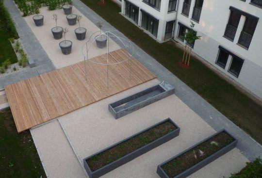 Moderne Gartengestaltung mit Pavillon und Hochbeeten, aus der Vogelperspektive.