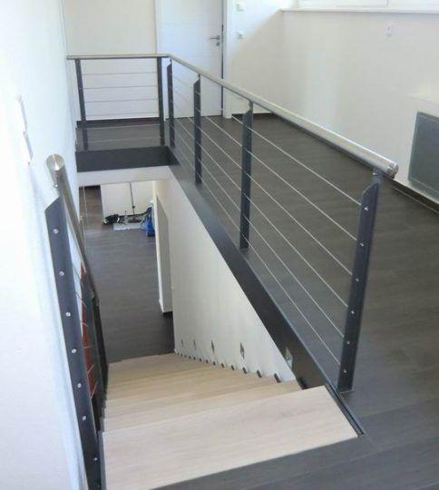 Treppengeländer Burghausen und Brüstungsgeländer, pulverbeschichtete Steher, Edelstahlhandlauf und Edelstahlseile