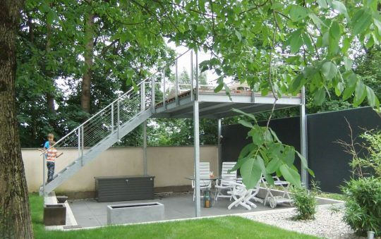 Hochterrasse in Haag in Oberbayern, aus verzinkter Stahlkonstruktion und Edelstahlgeländer