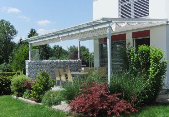 Terrassendach Oberösterreich. Viele unserer Terrassenüberdachungen werden mit Baldachinen als Sonnenschutzz ausgestattet