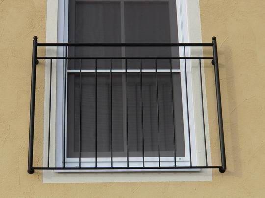 französischer Balkon in Mühldorf in Oberbayern, mit Rundstäben, mattschwarz beschichtet