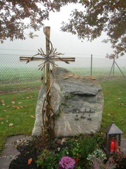 Bronzekreuz in Niederbayern - mit Ranken und Grablampe neben Naturstein