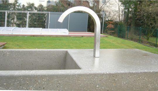 Brunneneinlauf in Edelstahl . Gartenbrunnen in Burghausen