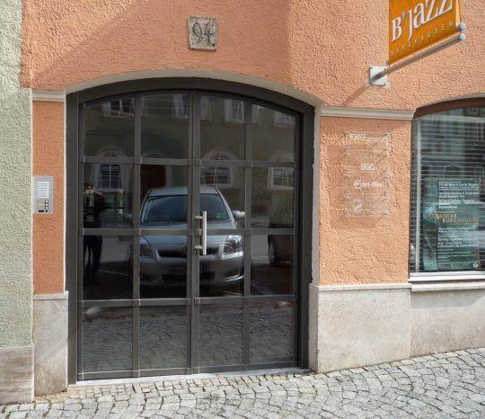 Eingangstüre, zweiflügelig mit Flachstahl und Isolierglasfüllung