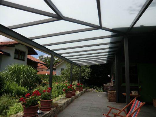 überdachter Freisitz Burghausen – Terrassenüberdachung mit Milchglasscheiben