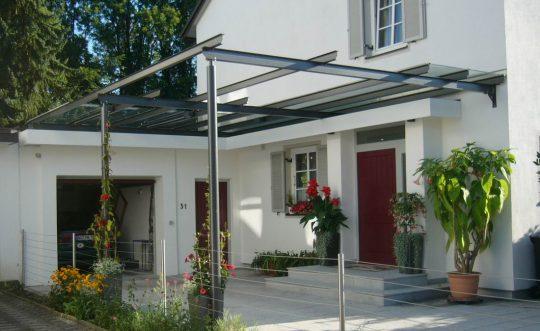 Terrassenüberdachung in Burghausen, teilverglast mit Pergola und Rankmöglichkeit