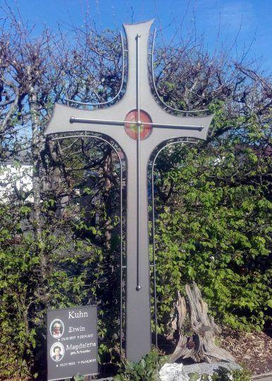 modern gestaltetes Grabkreuz in Altötting - Stahl und Edelstahl mit Schrifttafel