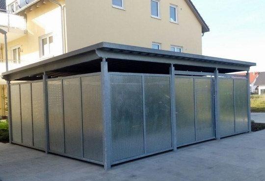 Fahhradhaus und Mülltonneneinhausung. Verzinkte Stahlkonstruktion mit Schiebetüren, Lochblechfüllung und Dacheindeckung mit Trapezblechen