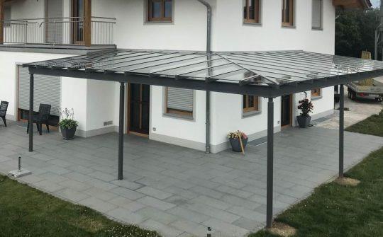 Terrassenüberdachung in Burghausen. Verzinkte Stahlkonstruktion mit Eckteil, anthrazit beschichtet und Verbund-Sicherheitsglas .