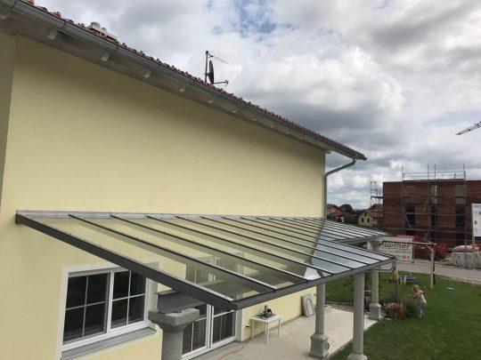 Terrassenüberdachung Mühldorf mit Träger auf Betonsäulen -- anthrazit pulverbeschichtet