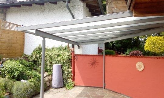 Terrassendach in Schechen bei Rosenheim, mit Milchglasscheiben, abgewinkelt und hellgrau beschichtet