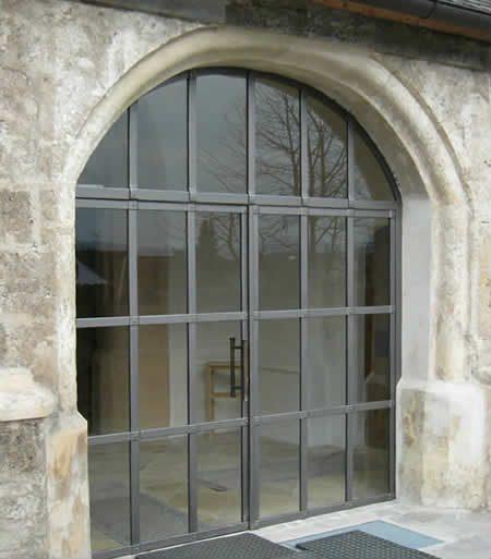 Kirchentor gekröpfte Flachstahlprofile mit Rundbogen und Glasfüllung