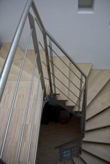 Aufgesattelte Stahlwangentreppe in Traunstein in Oberbayern. 3x viertelgewendelt mit Edelstahlgeländer.Ebenfalls eine gangbare Lösung um auf engem Raum eine gut begehbare Treppe zu verwirklichen.