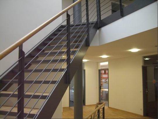 Bürotreppe mit Parkettstufen in Burghausen, pulverbeschichtet und Holzhandlauf.