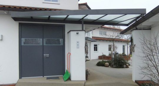 Eingangsüberdachung Burghausen, anthrazifarbener Flachstahlrahmen, mit getrübten Glasscheiben