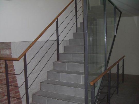 Geländer Neuötting mit horizontal verlaufenden Gurten, Holzhandlauf und Glaselement