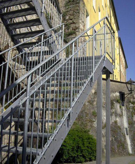 Wangentreppe Burghausen, verzinkte Treppe mit Gitterroststufen und Zwischenpodest zur Salzachbrücke Burghausen.