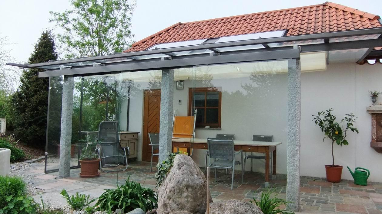 Terrassenüberdachung Stahl verzinkt und pulverbeschichtet, auf vorhandene Granitsäulen montiert