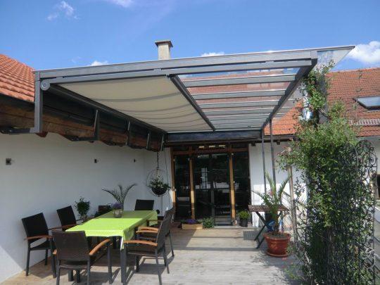 Terrassenüberdachung München. Spezielle Unterglasmarkisen, lassen sich problemlos in unsere Terrassenüberdachungen integrieren