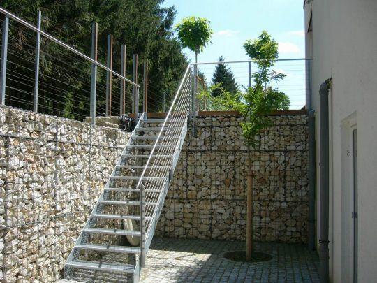 Aussentreppe in Neuötting an Gabionenmauer montiert