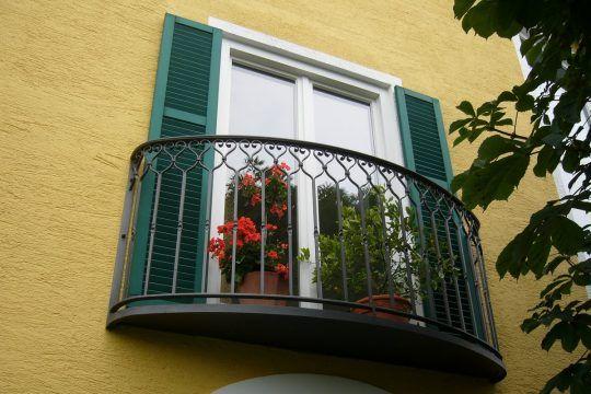 Französischer Balkon Altötting, mit Austritt und geschmiedeten Füllstäben.