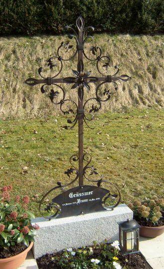 Grabkreuz Bronze, gespalten, mit Blättern und Grabtafel