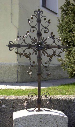Grabkreuze im Chiemgau -  Bronzekreuz mit Granitsockel