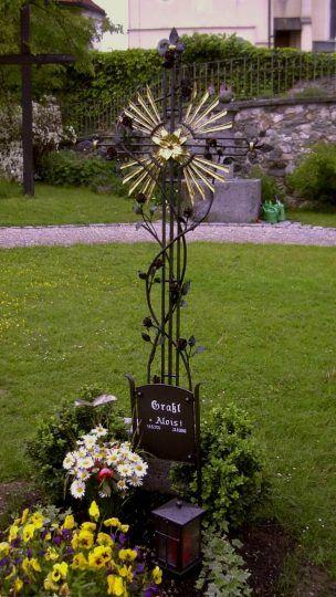 schmiedeeisernes Grabkreuz in Traunstein - mit Rosen, vergoldetem Strahlenkranz und Grablaterne