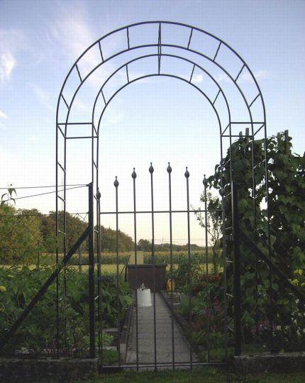 Rosenbogen in Traunreut mit Gartentüre