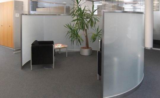 Runde Sichtschutzelemente als Abtrennung im Büro - Edelstahl - Glas- Konstruktion in München