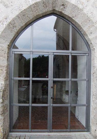 Kirchentor geschmiedet, zweiflügelig mit Spitzbogen und Glasfüllung