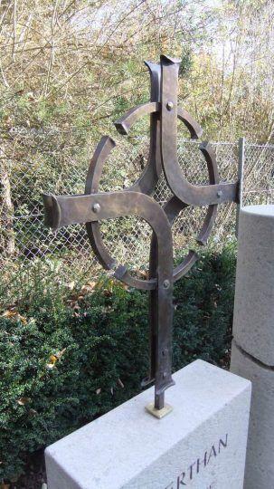 modernes stilisiertes Grabkreuz aus Schmiedebronze in Burghausen