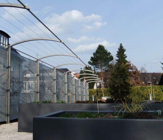 Hochbbeete und Laubengang in Rosenheim - mit Edelstahlseilen und Gewebeplane als Sichtschutz