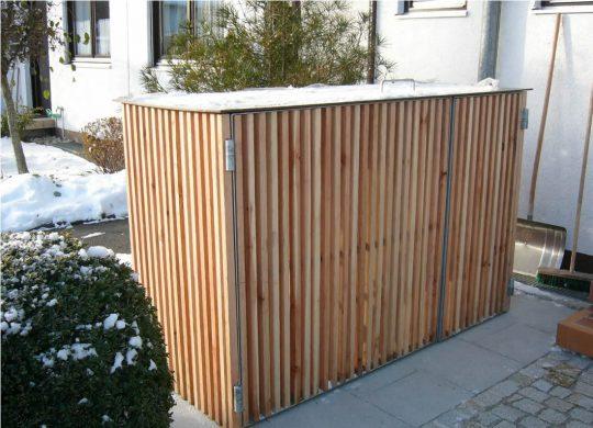 Mülltonneneinhausung in Wasserburg für Einfamilienhaus mit senkrechten Holzsprossen