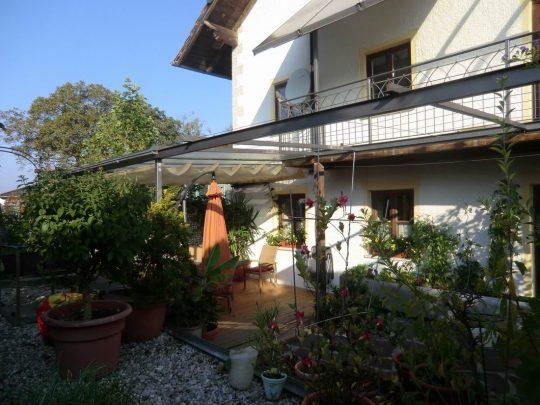 Terrassendach in Haag in Oberbayern, teilverglast mit Pergola, Baldachin als Sonnenschutz und Rankseilen