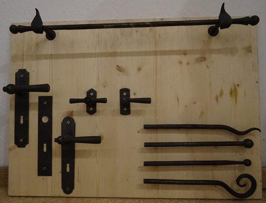 Beschläge für Türen und Fenster , handgeschmiedete Türdrücker und Endstücke für Vorhangstangen- Endstücke und Fensteroliven 90 Grad rastend