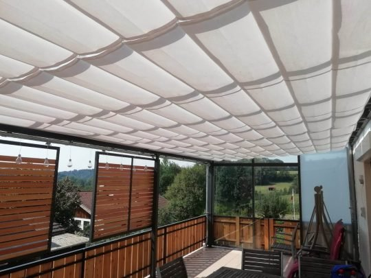 Balkonüberdachung mit Schiebeelementen als Sichtschutz und Baldachin