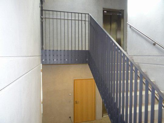Flachstahlgeländer in Garching, mit Stahlwangen im Treppenhaus