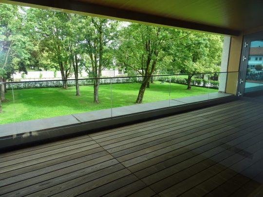 freitragendes Glasgeländer auf dem Balkon