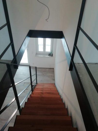 Treppe in Rosenheim mit Stahlwangen als Einfassung für den Bodenaufbau und zur idealen Geländerbefestigung.